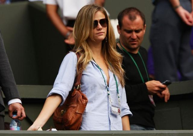 Andy Roddick's girlfriend Brooklyn Decker wearing sunglasses.jpg