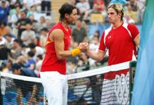 Rafael Nadal shakes hands with Igor Andreev after beating him in the Olympics in Beijing.jpg