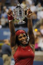 Serena Williams hold up the US Open 2008 championship trophy.jpg