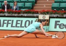Jelena Jankovic does the splits trying to get to a ball.jpg