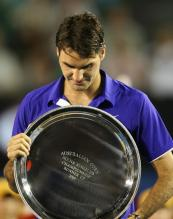 Roger Federer holds his runner up Australian Open 2009 Trophy Plate.jpg
