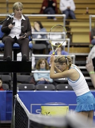 Victoria Azarenka about to slam her racquet in anger.jpg